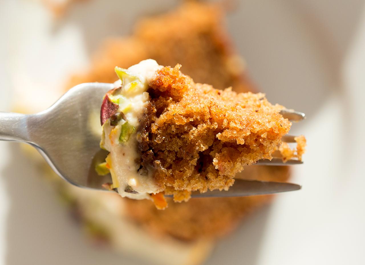 ciasto marchewkowe na widelcu