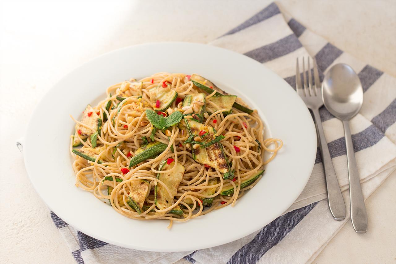 spaghetti z grillowaną cukinią z boku