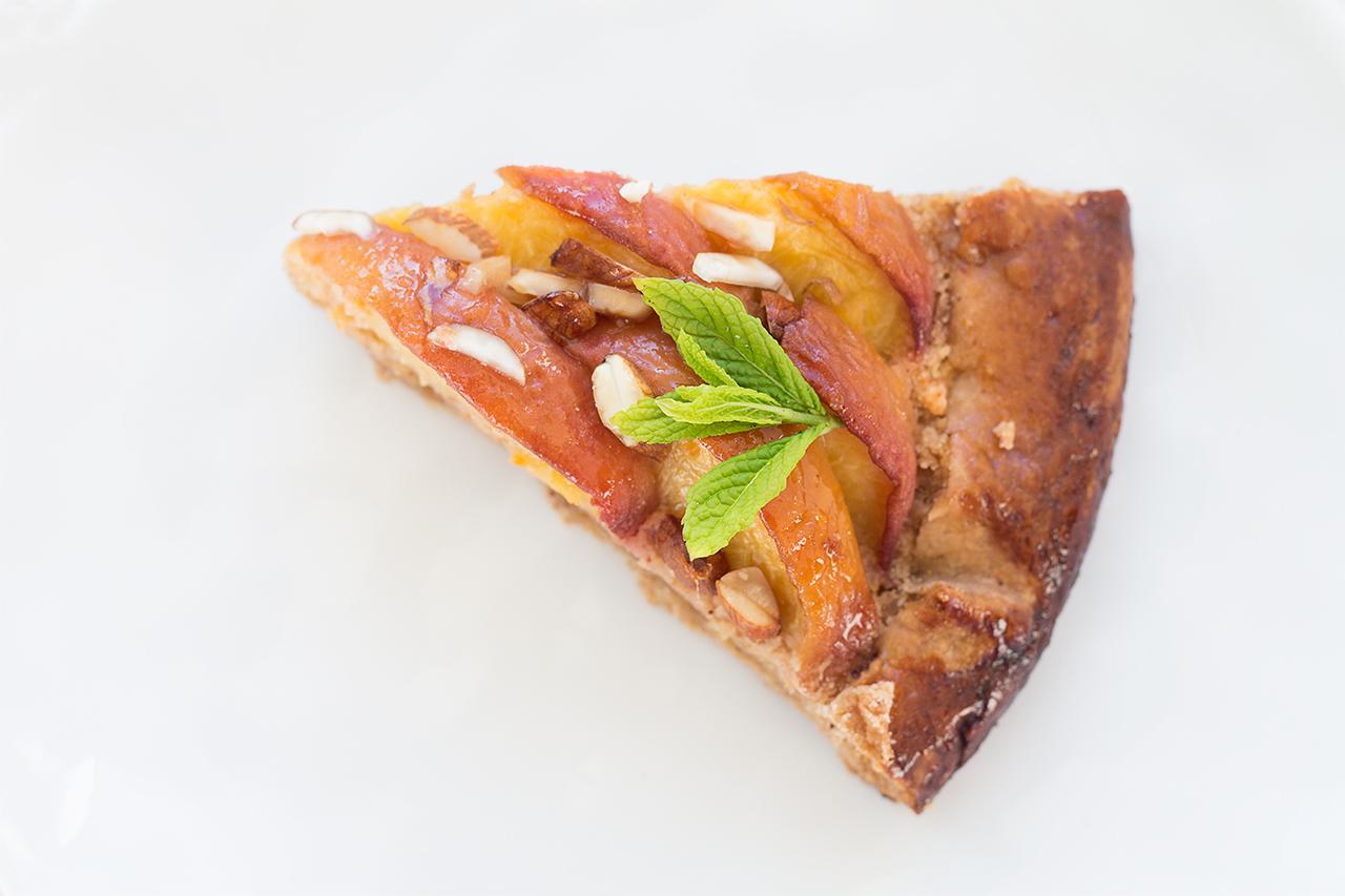 Wegańska tarta z brzoskwiniami i migdałami porcja