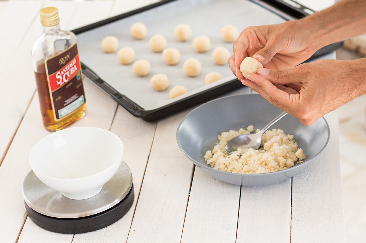 formowanie kokosowych kulek