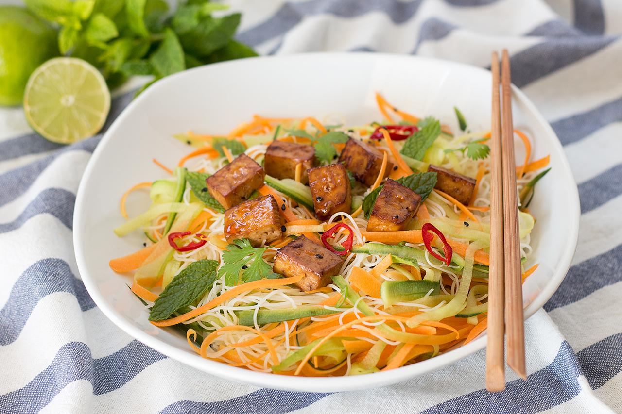 wietnamska sałatka z makaronem ryżowym i tofu
