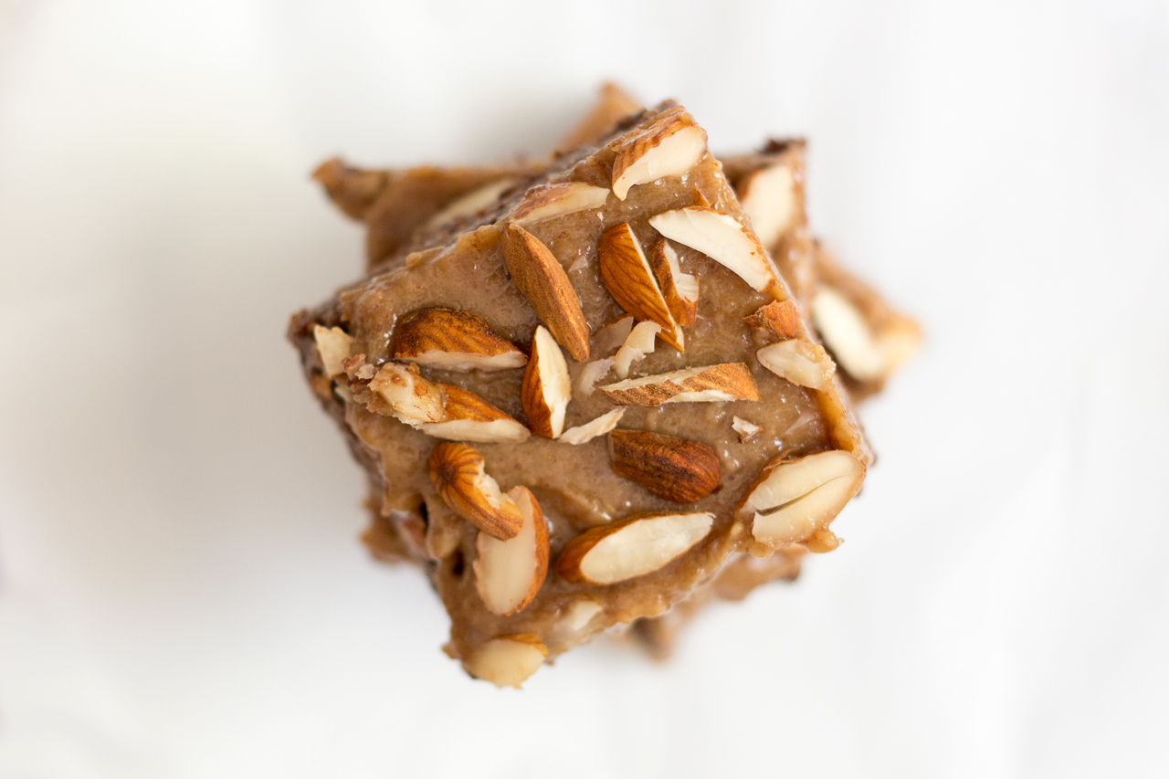 surowe brownie ze słonym karmelem stos