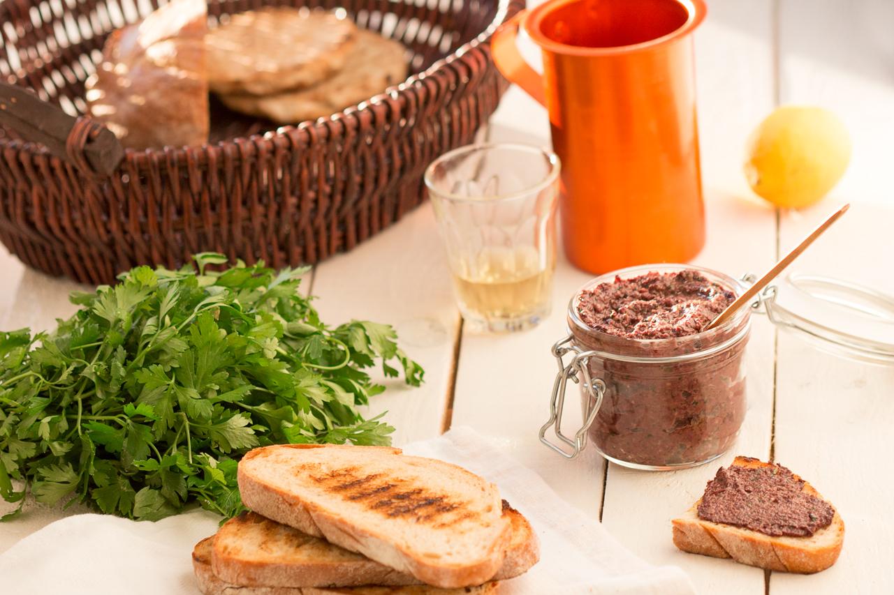 tapenada z czarnych oliwek z chlebem