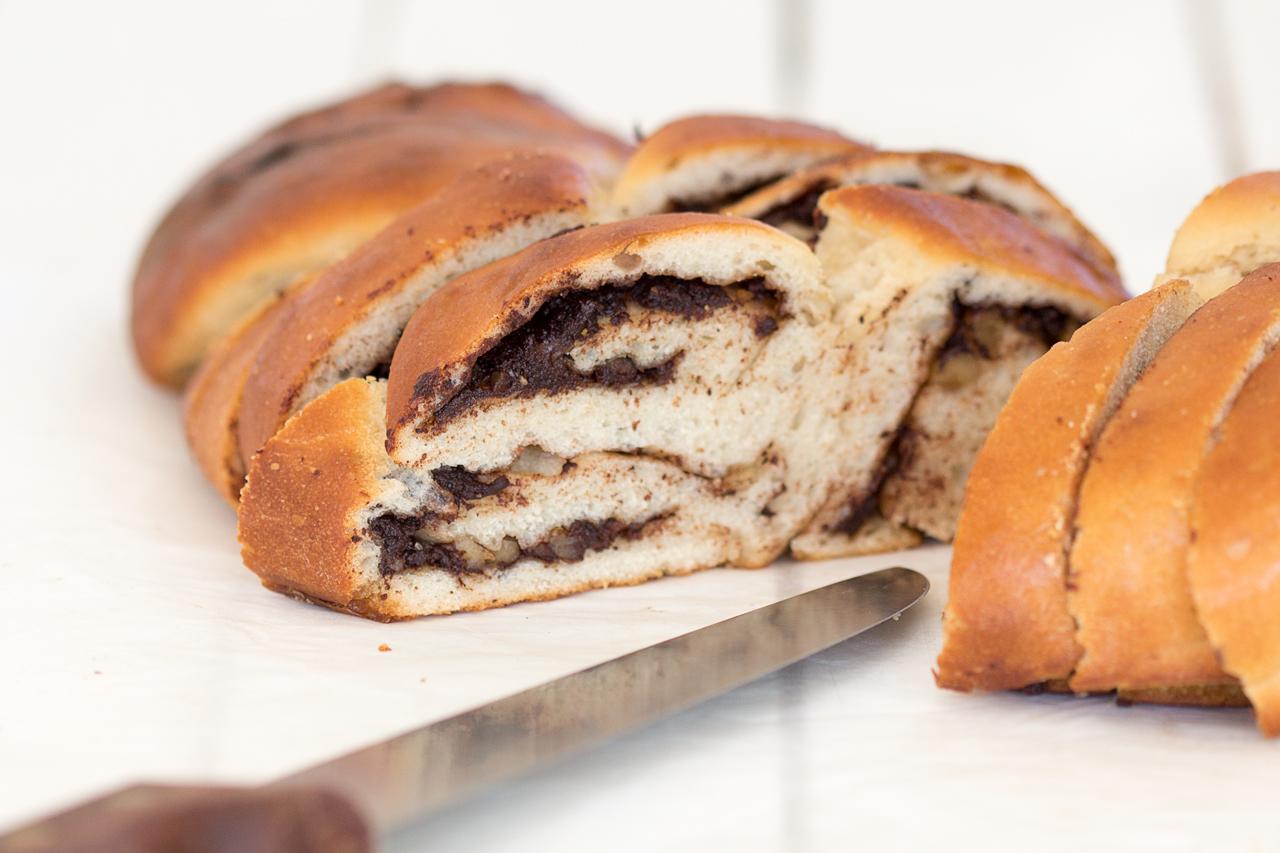wegańska chałka z czekoladą i orzechami krojenie