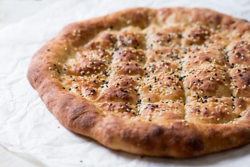 turecki chleb bez zagniatania z boku
