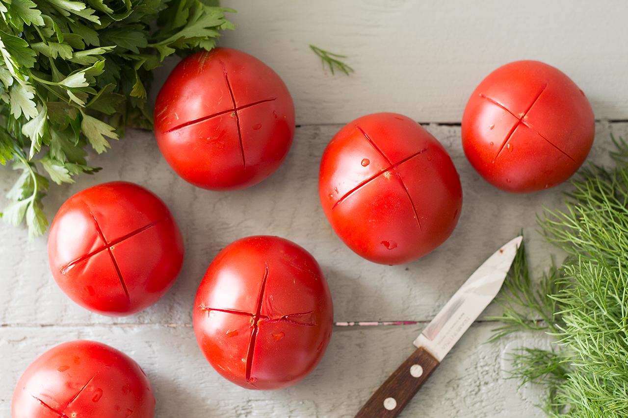 obieranie pomidorów na sos