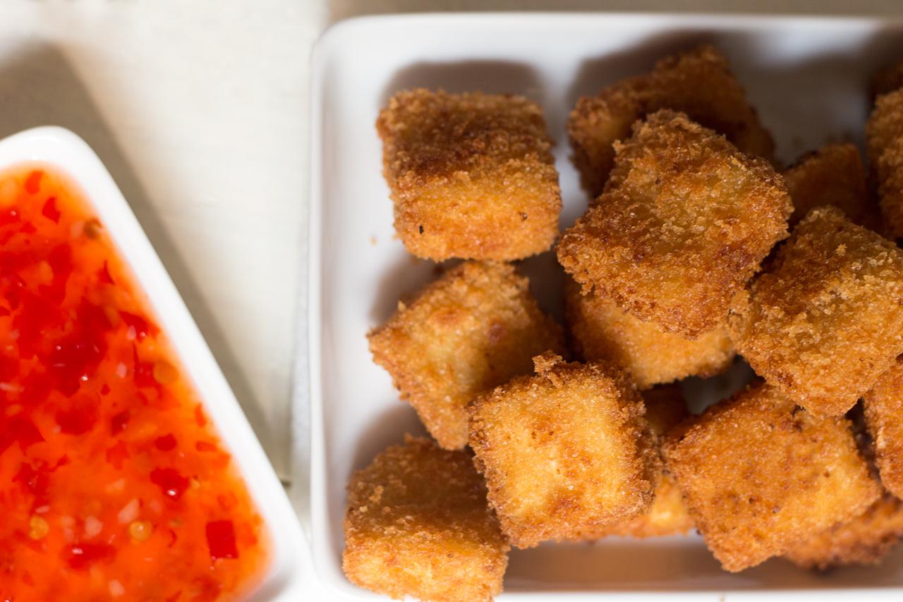 chrupiące tofu z sosem chili z bliska