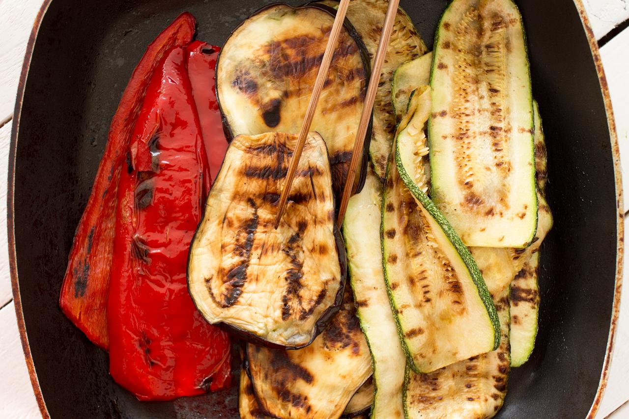 Śródziemnomorska wegańska kanapka grilowane warzywa