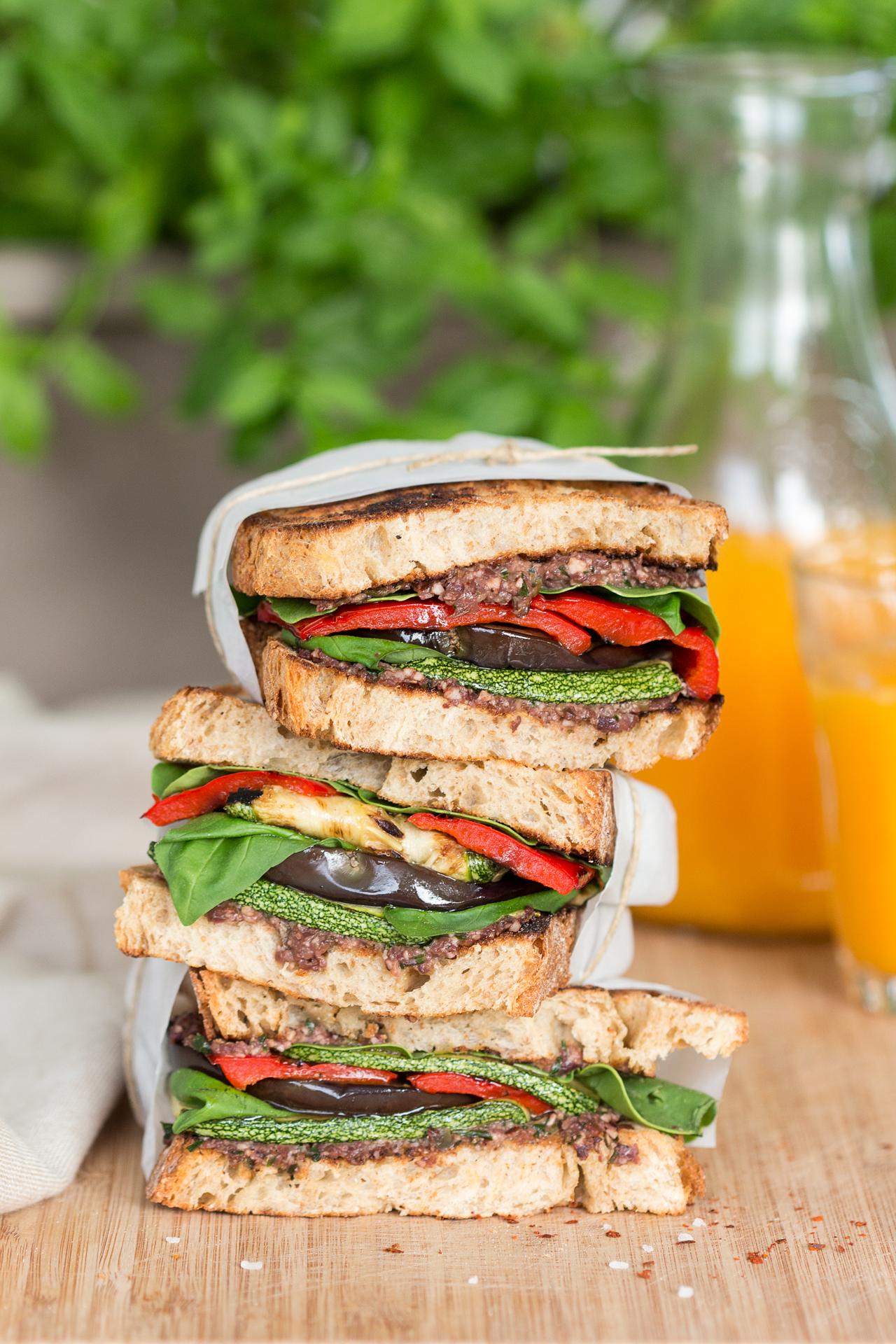 Śródziemnomorska wegańska kanapka stosik