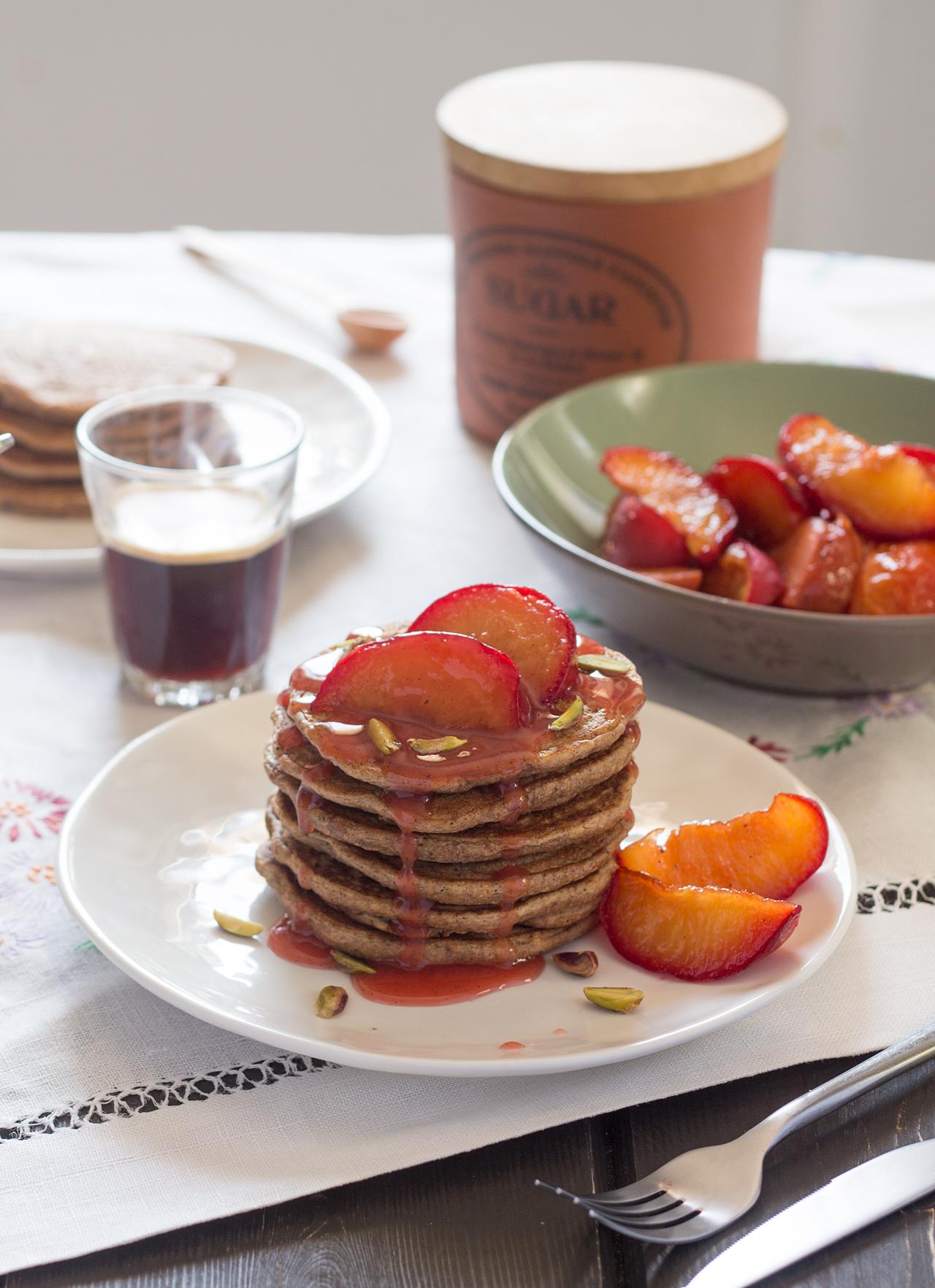 cynamonowe naleśniki z korzennymi śliwkami śniadanie