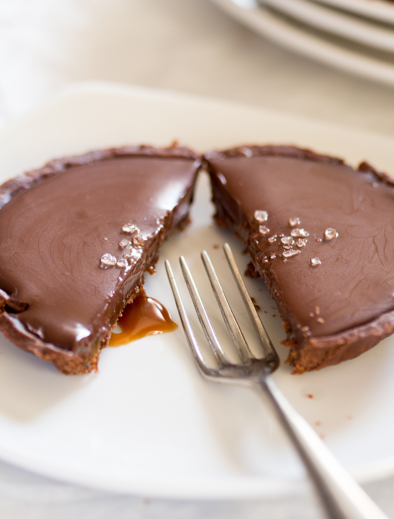 wegańska tarta czekoladowa ze słonym karmelem rozkrojona