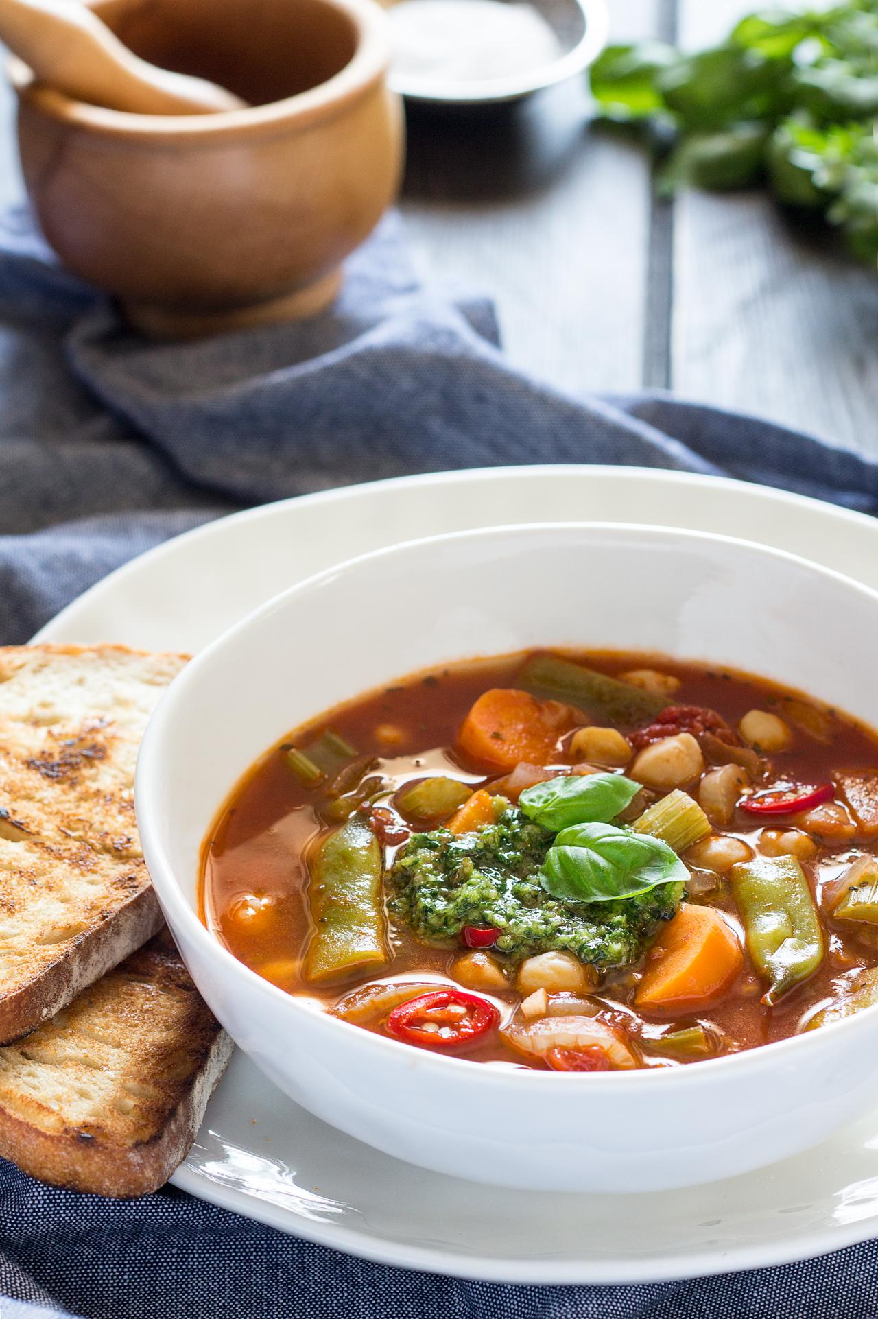 zupa z warzywami, cieciorką i pesto