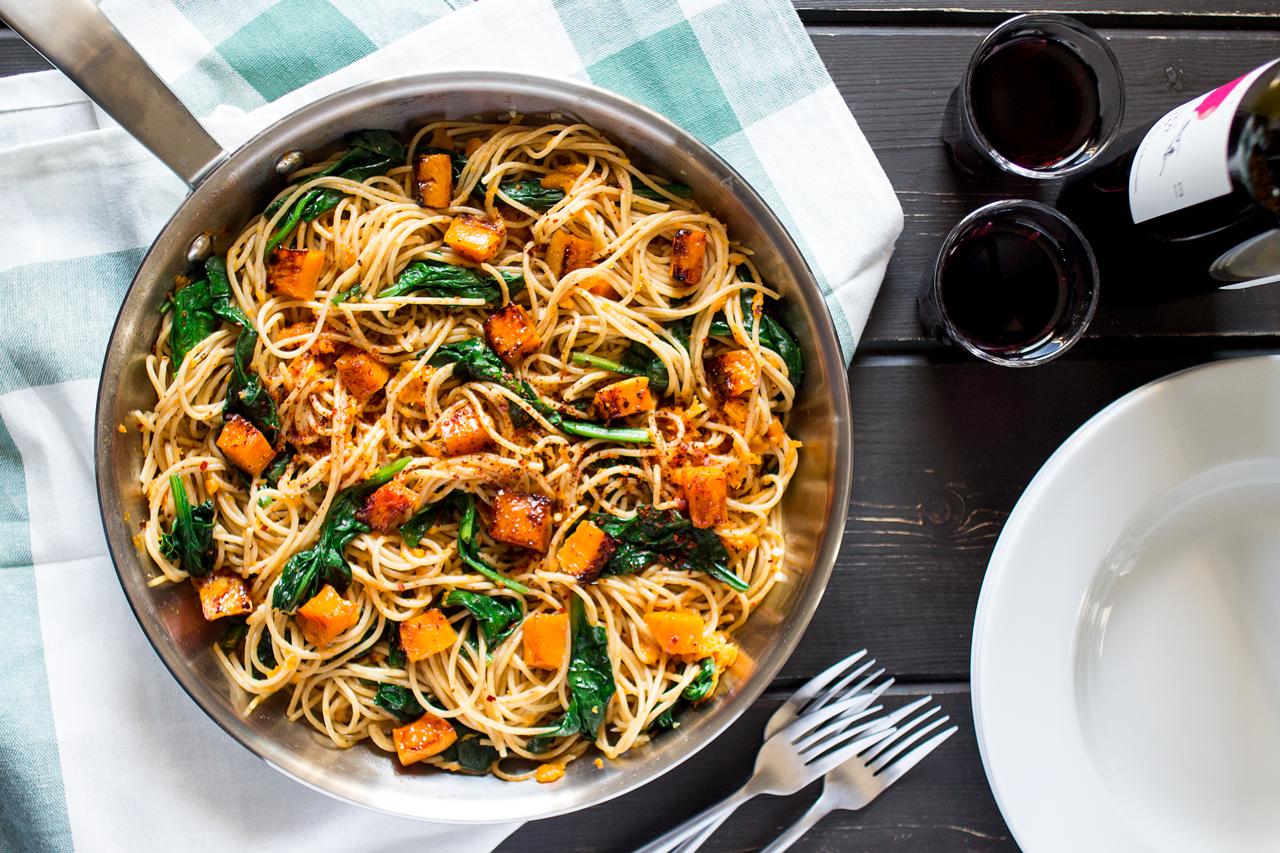 spaghetti z dynią, szpinakiem i orzechami z góry