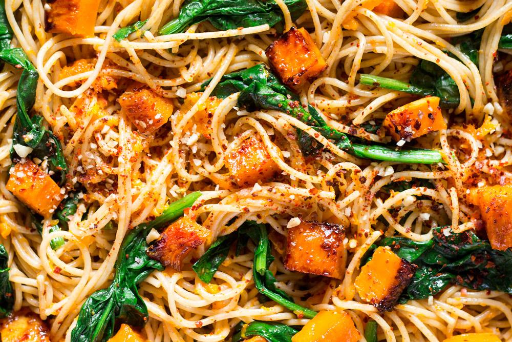 spaghetti z dynią, szpinakiem i orzechami