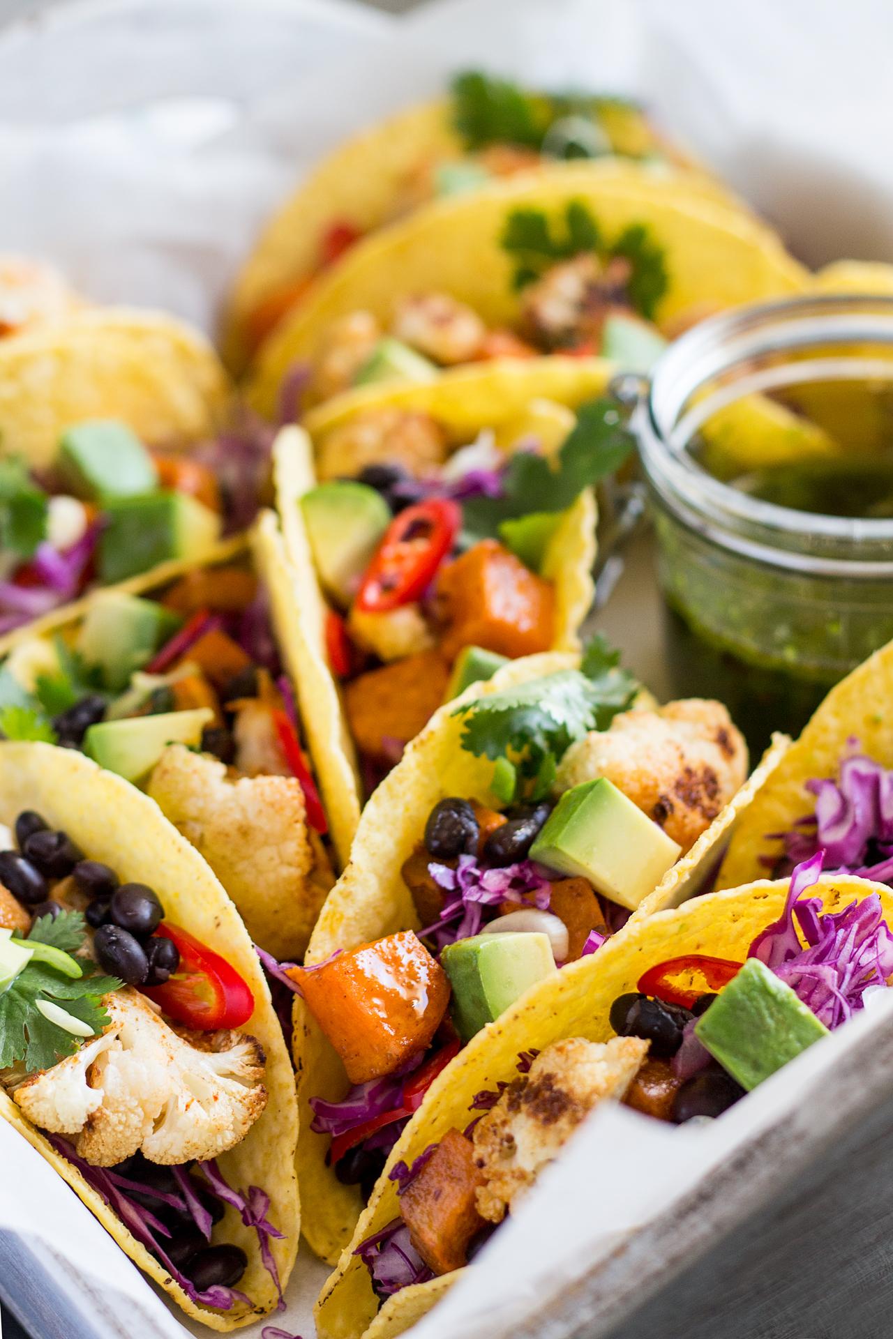 zimowe tacos z sosem chimichurri z bliska