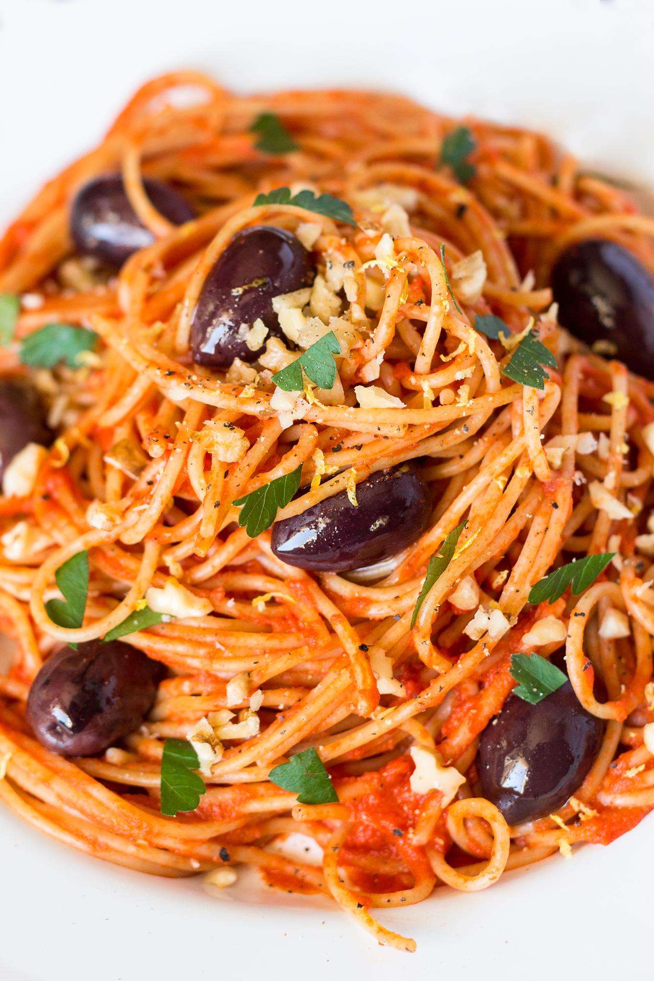 makaron w łatwym sosie pomidorowym z bliska