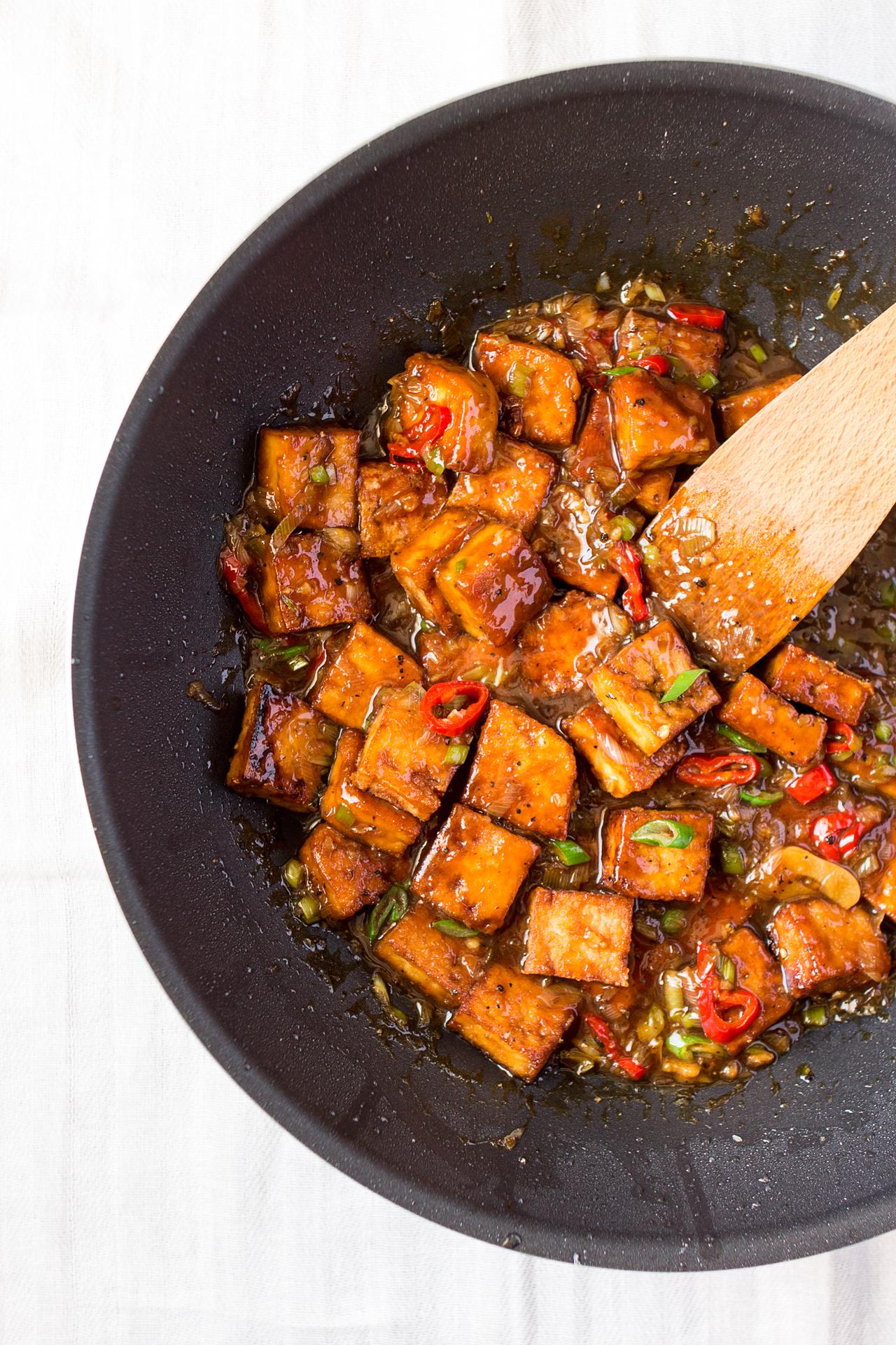 tofu w sosie z pieprzem w woku