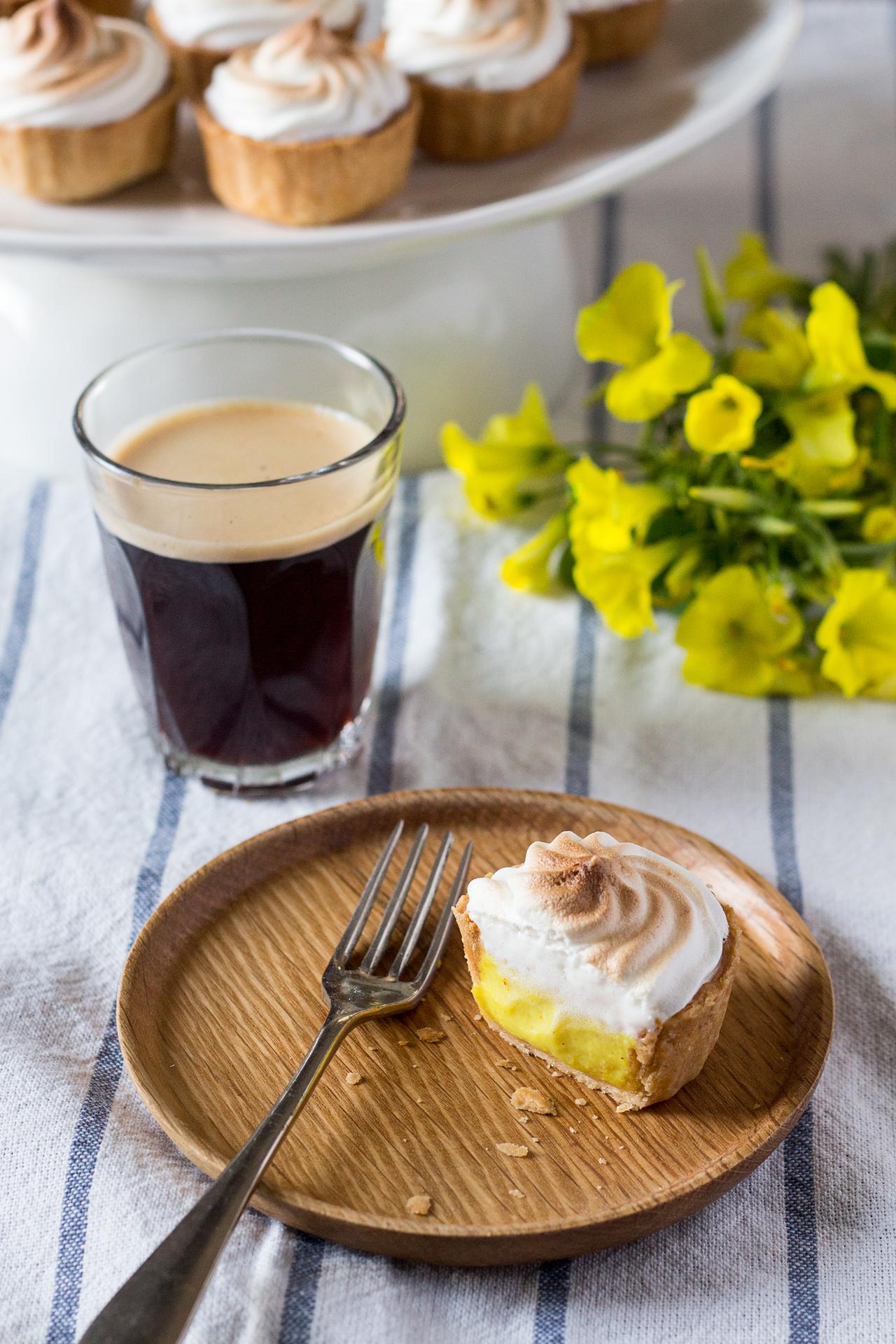wegańska tartaletka cytrynowa z bezą i espresso