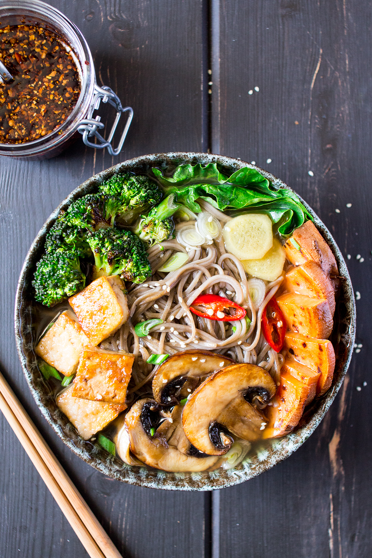 ramen z grilowanymi warzywami i tofu porcja