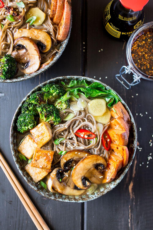 ramen z grilowanymi warzywami i tofu z góry