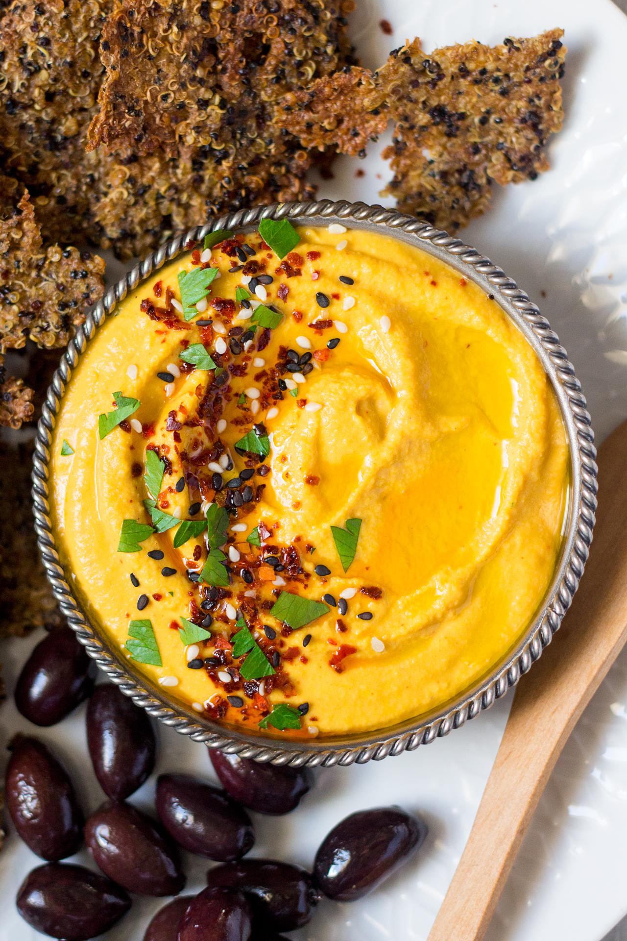 hummus marchewkowy z krakersami z komosy ryżowej z bliska