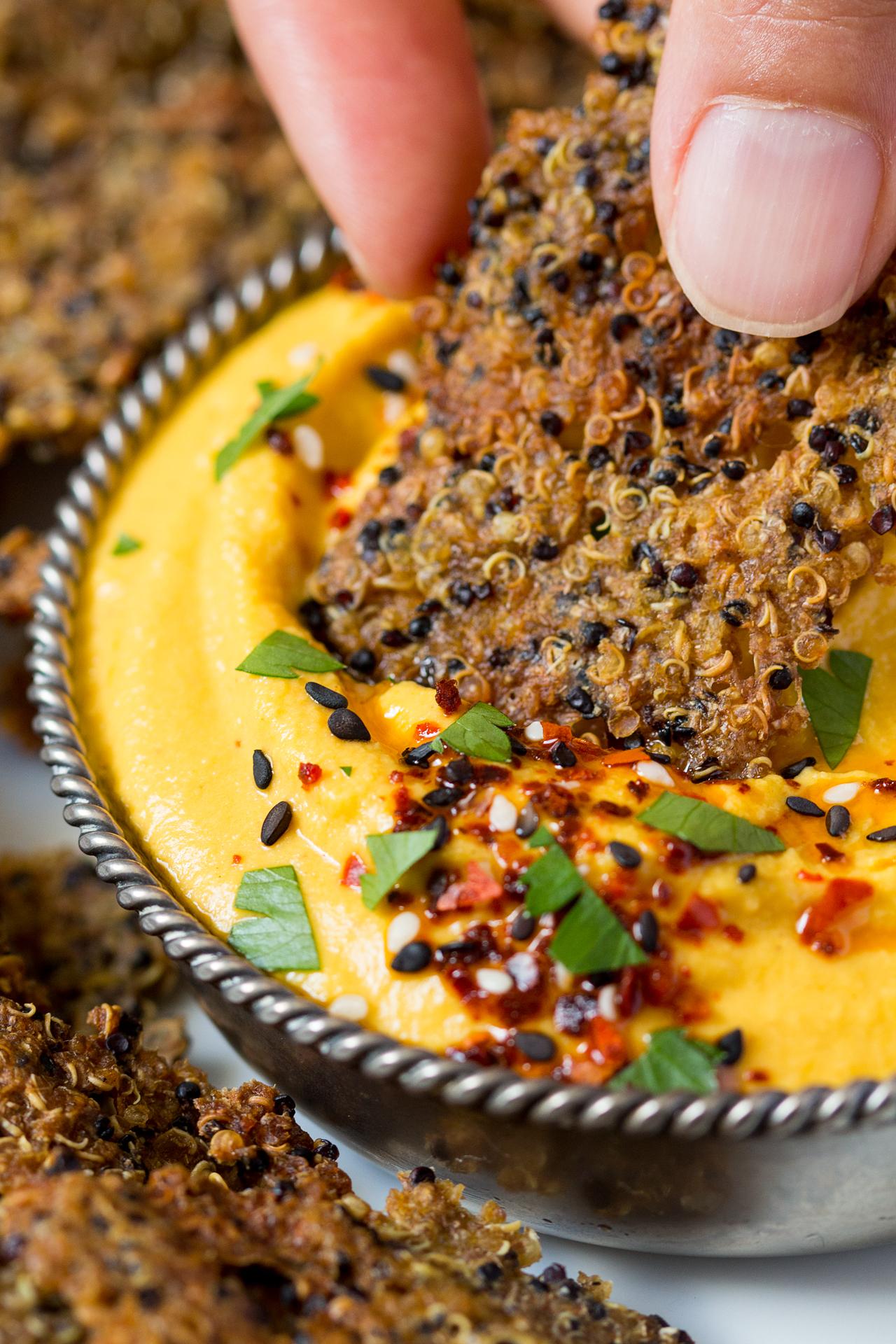 krakers z komosy ryżowej z hummusem marchewkowym