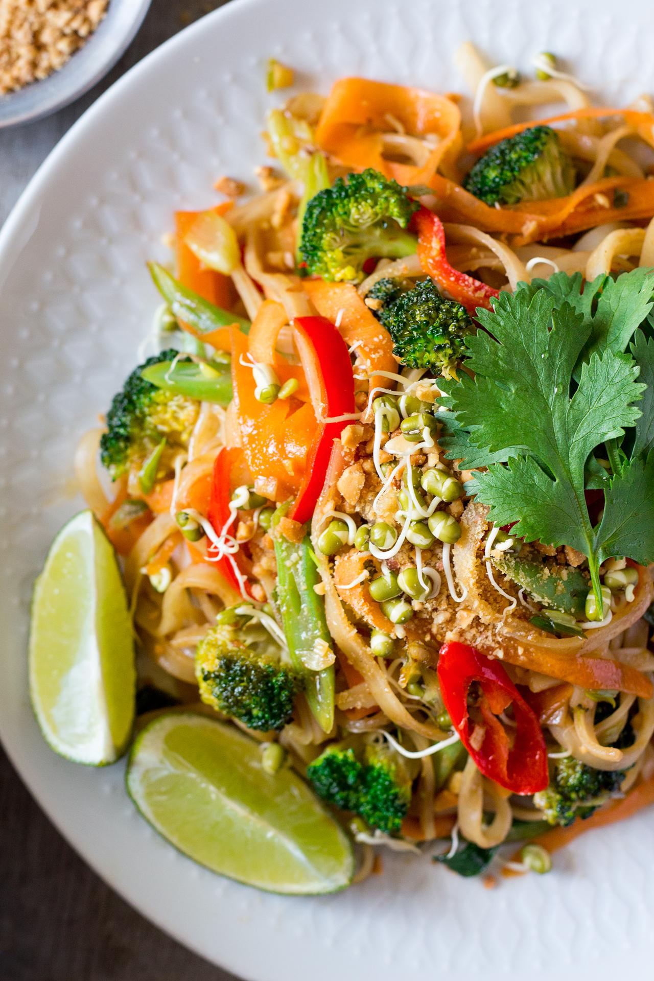 wegańskie pad thai z bliska